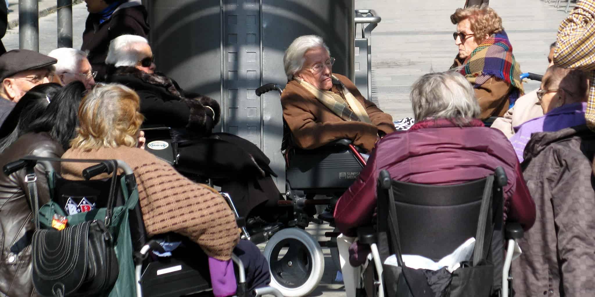 קשישים בכיסאות גלגלים סופגים קצת שמש. צילום: פראן אורבאנו