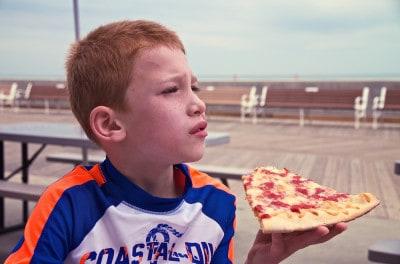 ילד אוכל פיצה