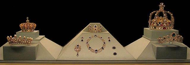תכשיטי הכתר הצרפתיים שנמכרו  ב-1887 במכירה פומבית, כיום בתצוגה הקבועה במוזיאון הלובר בפריז. צילום: מייקל ריב