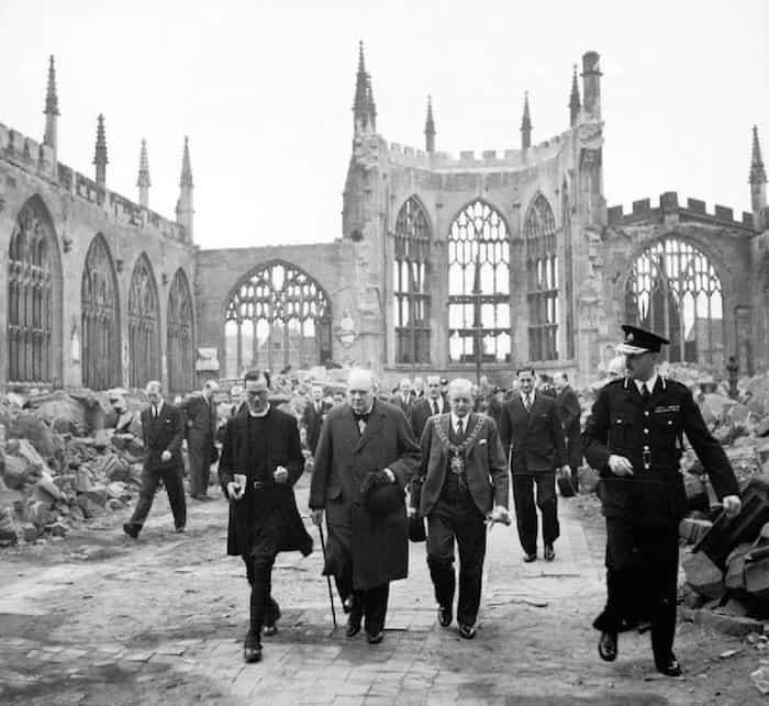 וינסטון צ׳רצ׳יל מבקר בקתדרלת קובנטרי ב-1941, כמה חודשים לאחר ההפצצה. צילום: מוזיאון המלחמה האימפריאלי.