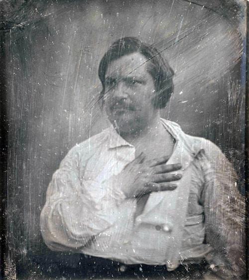 אונורה דה בלזק בתצלום דאגרוטיפ שצילם לואי-אוגוסט ביסון (Bisson) ב-1842. בלזק נהג לכתוב בשעות הקטנות של הלילה.