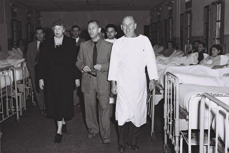 אלינור רוזוולט מבקרת בבית החולים תל השומר ב-1952. צילום: לע״מ
