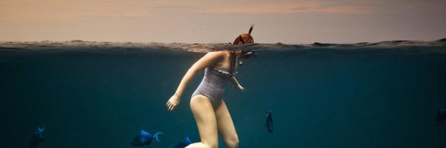 אישה שוחה עם דגים