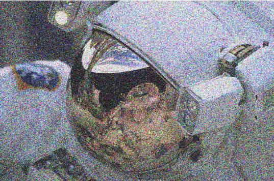 צילום ״רועש״ של אסטרונאוט.