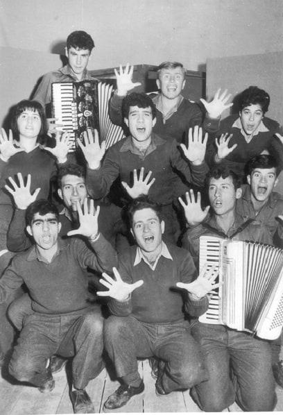 אריק איינשטיין (בשורה השנייה מימין) בלהקת הנח״ל