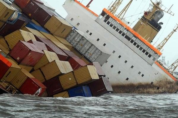 מאבדים למעלה מ-10 אלפים קונטיינרים בלב ים מדי שנה. צילום: פול טאונסנד