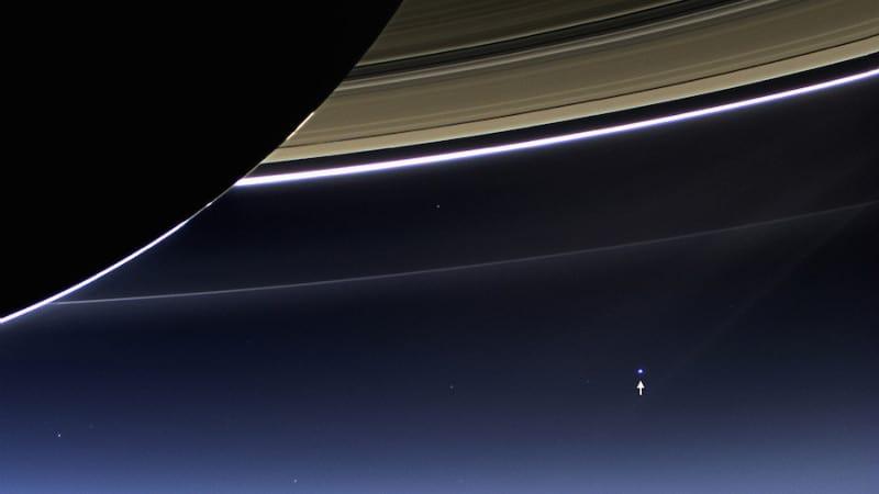 החץ הקטן מצד ימין מצביע על כדור הארץ, כפי שרואים אותו משבתאי. צילום: נאס״א