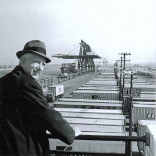 ממציא הקונטיינר מלקולם מקלין בנמל ניוארק ב-1957. צילום: רוס אביה