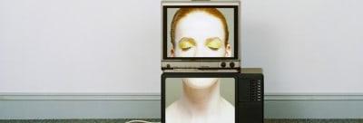 אישה בתוך הטלוויזיה