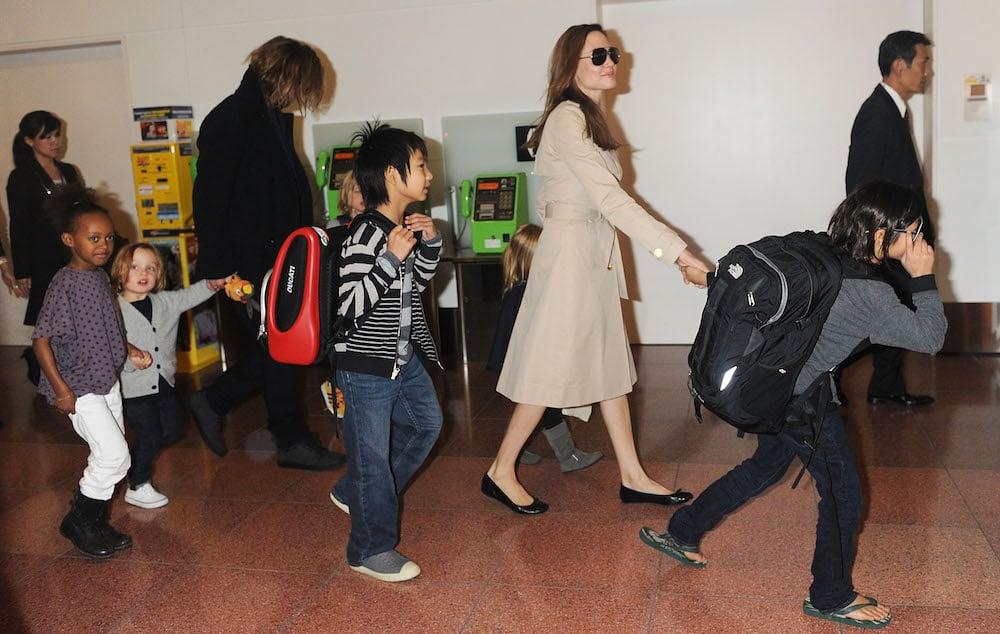 אנג׳לינה ג׳ולי ובראש פיט יחד עם ילדיהם בטוקיו. צילום: גטי אימג׳ס