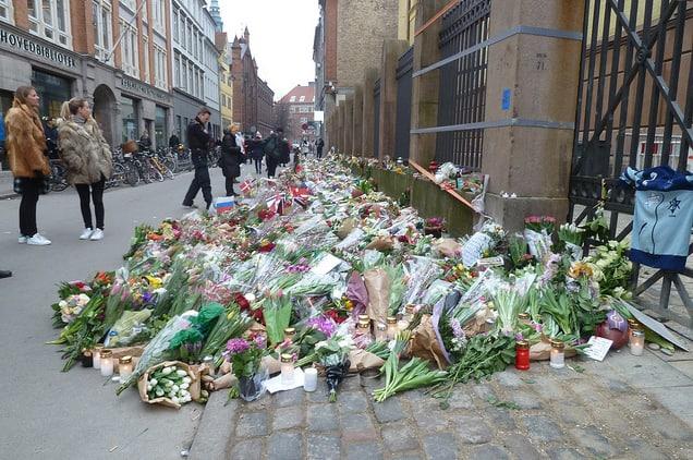 רבבות דנים הניחו פרחים מחוץ לבית הכנסת שבו אירע הפיגוע בדנמרק בפרבואר השנה. צילום: פלמינג קיימפטרופ סורן