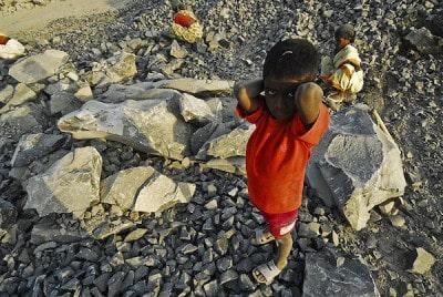 ילדים סוחבים אבנים