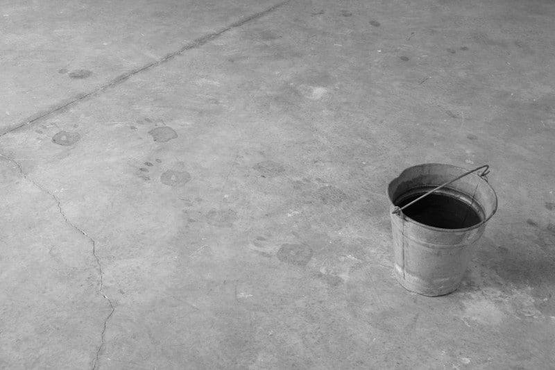 לטיפה אשקש, ללא כותרת (אצל הבטקו שלנו מכנו) 2013, דלי וטביעות כף יד באדיבות האמנית וגלריה דביר.