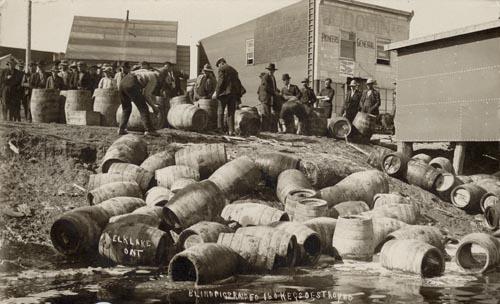 פשיטה של המשטרה והרס חביות בירה באונטריו שבקנדה, 1925. צילום: C.H.J Snider fonds