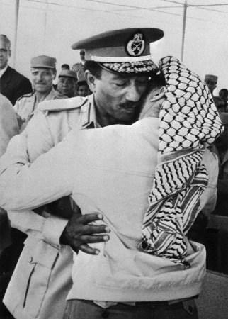 סאדאת וערפאת במצרים, 1974. באדיבות: בטמן קוריביס