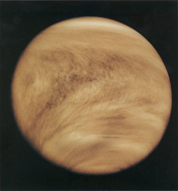 תמונת אולטרה-סגול מ-26 בפברואר 1979 של ענני נוגה באדיבות נאס״א
