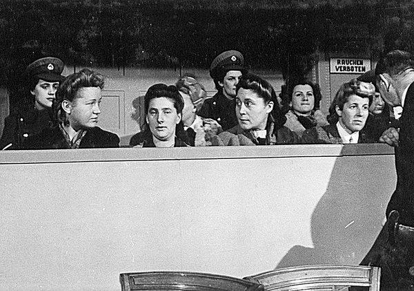 משפטן של שומרות במחנה ראוונסבריק בהמבורג, דצמבר 1946. צילום: הארכיון הלאומי של ארצות הברית