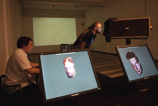 פרנסואה רוקה וג׳פה הוקנדייק מדגימים כיצד המערכת מזהה פנים. באדיבות Arts Electronica