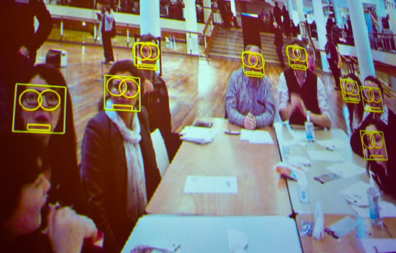 אדם הרווי מעביר סדנאות על פרטיות ומלמד משתתתפים כיצד להטעות את התוכנות לזיהוי פנים. צילום: Southbank Central