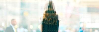 אישה על רקע ניו יורק