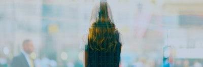 אישה ובניין בניו יורק