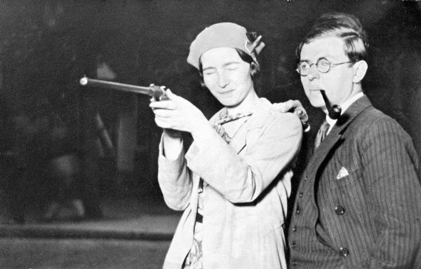 ז׳אן-פול סארטר וסימון דה-בובואר במטווח בפריז, 1929.
