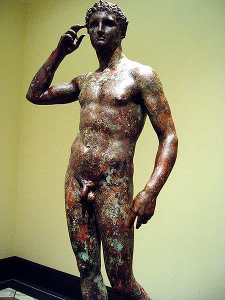 ״הנער המנצח״, פסל ברונזה יווני שפוסל ב-310 לפניה״ס ומוצב במוזיאון הגטי בלוס אנג׳לס.