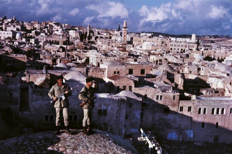 שני חיילים בשמירה בעיר העתיקה בירושלים. צילום: גטי אימג׳ס