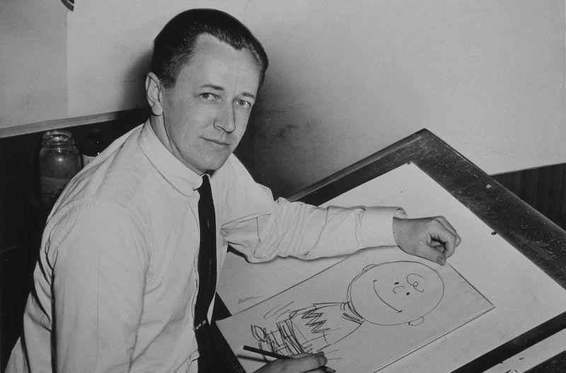 צ׳ארלס שולץ מצייר את הדמות צ׳ארלי בראון.