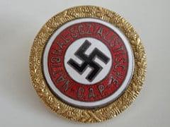 סיכה של המפלגה הנאצית שהוענקה לאווה בראון. צילום: אמנדה סלייטר