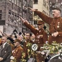 היטלר מצדיע