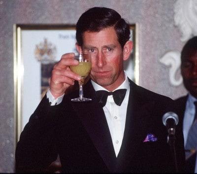הנסיך צ׳ארלס שותה אלכוהול