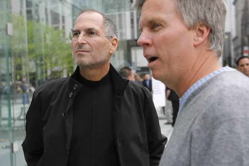 רון ג׳ונסון וסטיב ג׳ובס במאי 2006. צילום: גטי אימג׳ס