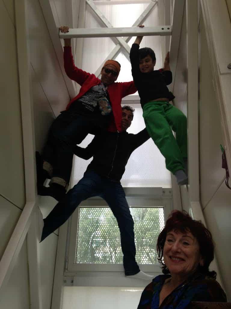 משפחת קרת בפולין. צילום באדיבות אתגר קרת.