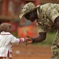 ילד מקבל חייל בקניה