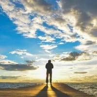 אדם מול הים