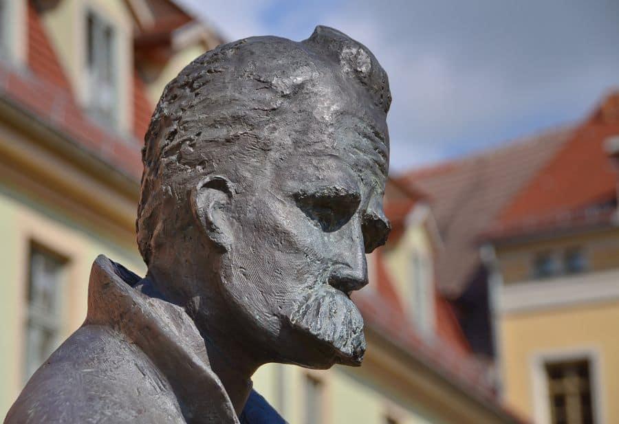 פסל ניטשה בנאומבורג: הרלד הנקל