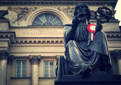 פסלו של קופרניקוס, מול האקדמיה למדעים בוורשה