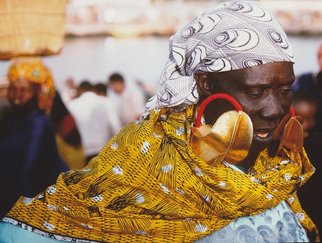 אישה עונדת עגילי זהב בשוק ב-Djenne, מאלי.