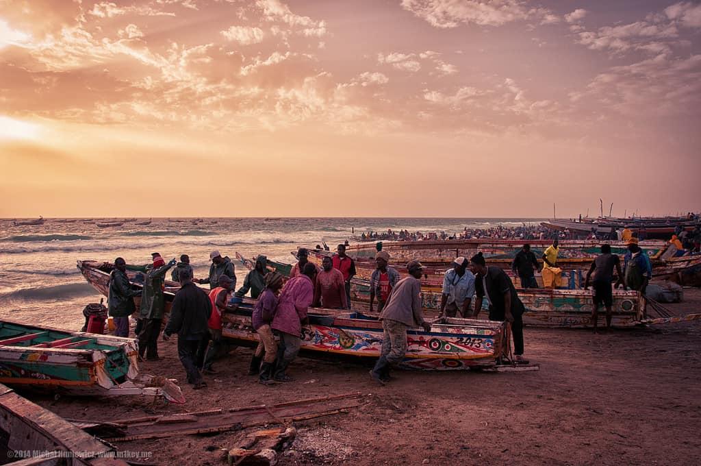 דייגים לעת ערב בחוף הים במאוריטניה