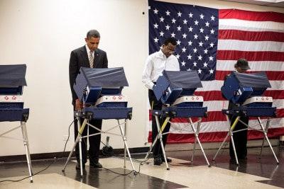 """""""המצביע הראשון"""", ברק אובמה מצביע לנשיאות ב-2012."""