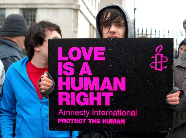 הפגנה בבריטניה למען הומוסקסואל איראני מבקש מקלט