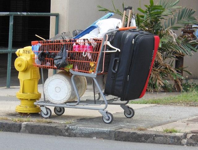ציוד של מחוסרי בית ברחוב בהוואי.