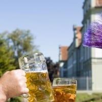 שני גברים שותים בירה בבוואריה