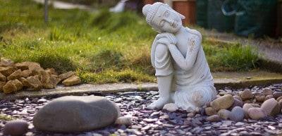 בודהה בחצר האחורית