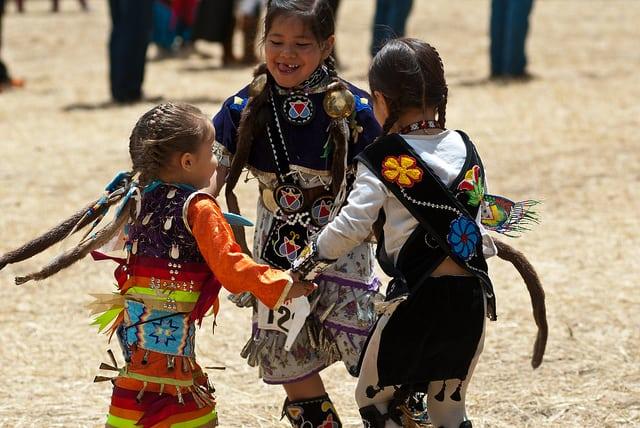 ילדות רוקדות במעגל