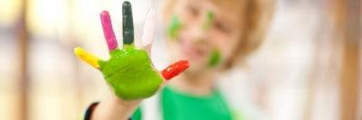 ילד עם צבע על כף היד.