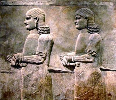 """סריסים בתבליט מארמונו של סרגון השני (722-705 לפנה""""ס)."""