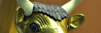 ראש פר בנבל של המלכה בקבר פו-אבי, בעיר אור