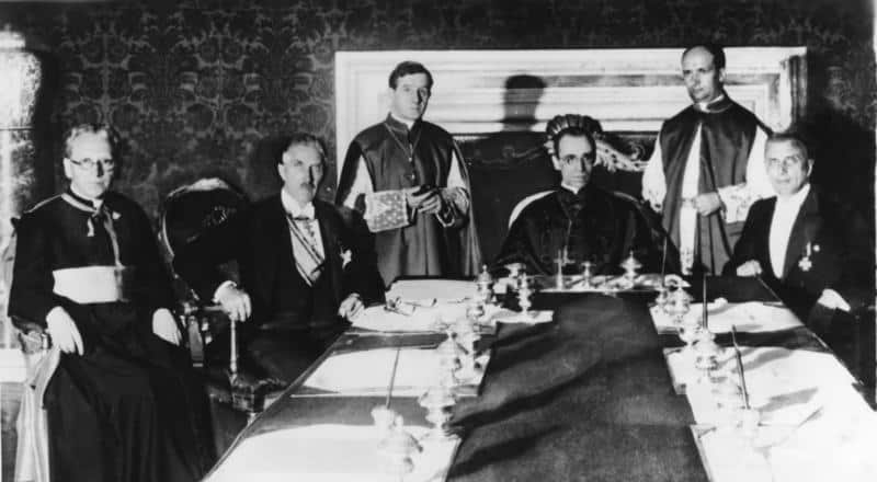 וג'ניו פאצ'לי, לימים האפיפיור פיוס ה-12, חותם על הסכם עם גרמניה הנאצית ב-1933.